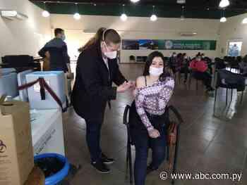 Masiva concurrencia de jóvenes para inmunizarse en Ayolas - Nacionales - ABC Color