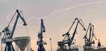 Sur le port de commerce de Lorient, l'éclair a rencontré la grue - maville.com