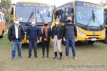 Vereadores de Jacarezinho acompanham entrega de veículos do transporte escolar - Tribuna do Vale