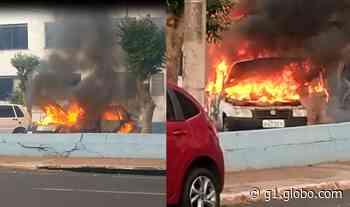 Carro da prefeitura pega fogo após motorista tentar dar partida em Assis - G1