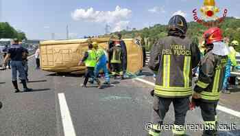 Arezzo, si ribalta un pulmino in autostrada - La Repubblica Firenze.it