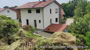 In Winkl rollt ein großer Heuballen vor ein Wohnhaus