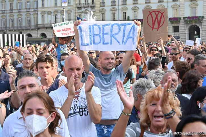 """No green pass, migliaia di persone nelle piazze di tutta Italia. Cori e insulti a Draghi: """"Libertà, noi andiamo dove vogliamo"""". A Roma aderiscono anche i neofascisti"""