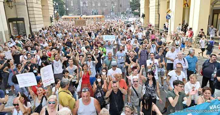 """No green pass, migliaia in piazza da Nord a Sud contro l'obbligo. Cori """"libertà"""", svastiche e stelle di David: """"Noi come ebrei sotto il nazismo"""""""