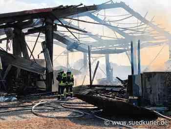 Herbertingen: 200 Feuerwehrkräfte bei Herbertingen im Einsatz: Landwirtschaftliches Nutzgebäude bis auf die Grundmauern abgebrannt - SÜDKURIER Online