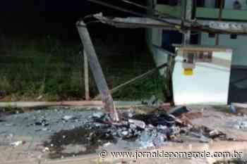 Após colisão contra poste, motorista sai da cena do acidente - Jornal de Pomerode