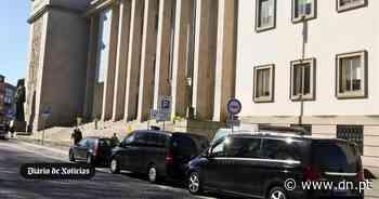 Extinto fogo no telhado do Palácio da Justiça do Porto - Diário de Notícias - Lisboa