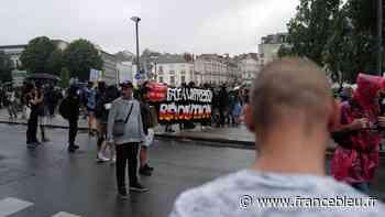 Plus de 4.000 personnes manifestent à Nantes contre le pass sanitaire, des tensions avec les forces de l'ordre - France Bleu