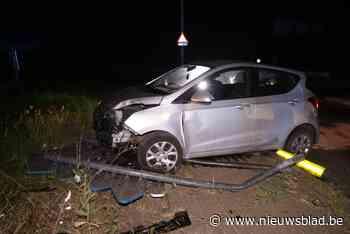 Jonge vrouwen rijden auto stuk op rotonde (Sint-Gillis-Waas) - Het Nieuwsblad