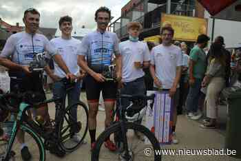 Pieter en Bart als helden onthaald na hun wielerexploot voor Kom op Tegen Kanker