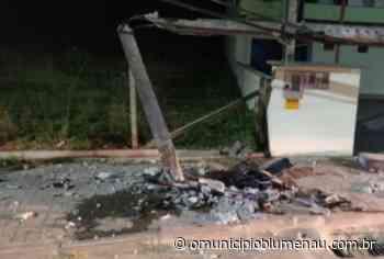 Motorista destrói poste e foge do local do acidente em Indaial - O Município Blumenau
