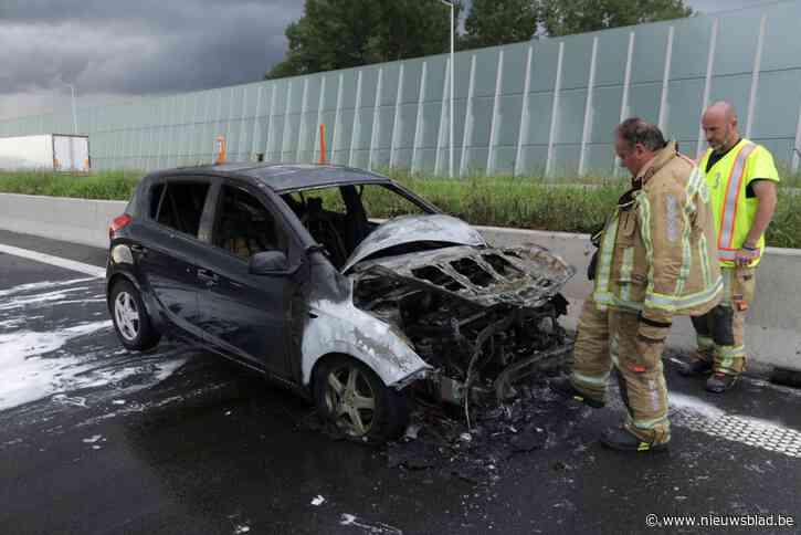 Auto brandt uit in kettingbotsing, zwangere vrouw naar ziekenhuis