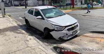 Auto se impacta contra Ruta 1 en el Centro de Monterrey - Multimedios