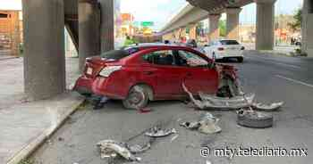 Avenida Colón. Auto se impacta contra columna del Metro en Monterrey - Telediario Monterrey