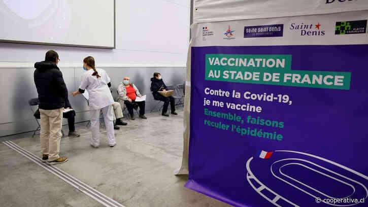 Tras cuatro días y noches de discusión, el Parlamento francés respaldó el pase sanitario de Macron