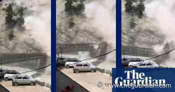 Nine dead after boulder destroys bridge in northern India – video