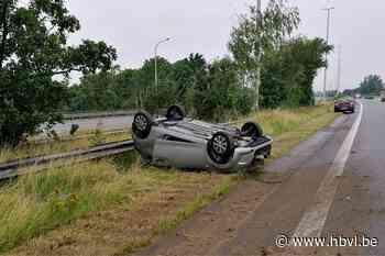 Auto belandt op dak langs E314 in Halen - Het Belang van Limburg