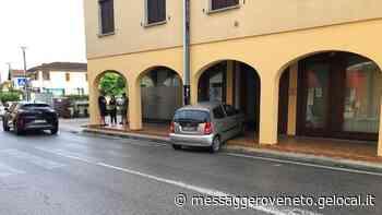 Finisce con l'auto sotto i portici - Messaggero Veneto