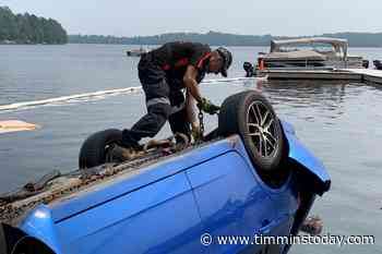 ONTARIO: Towing crew removes submerged car which crashed into North Bay lake - TimminsToday