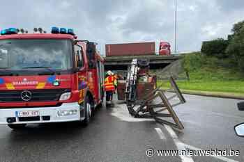 Vrachtwagen verliest kraan op rondpunt van Wommelgem