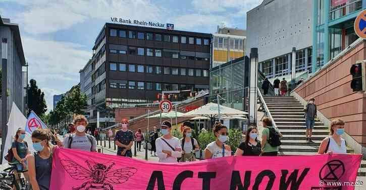 Mannheim:  Aktivisten auf Laternen und mit Andi-Scheuer-Maske(Update)