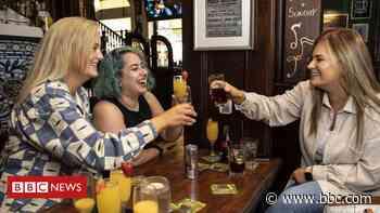 Coronavirus: Irish pubs and restaurants resume indoor service - BBC News