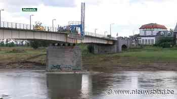 Ingenieurs controleren Maasbrug op schade na wateroverlast