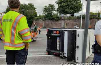 Veegwagen stad Mechelen kantelt: één lichtgewonde