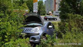 Verkehrsunfall in Hoyerswerda: Auto fliegt beim Lausitzbad aus der Kurve - Lausitzer Rundschau