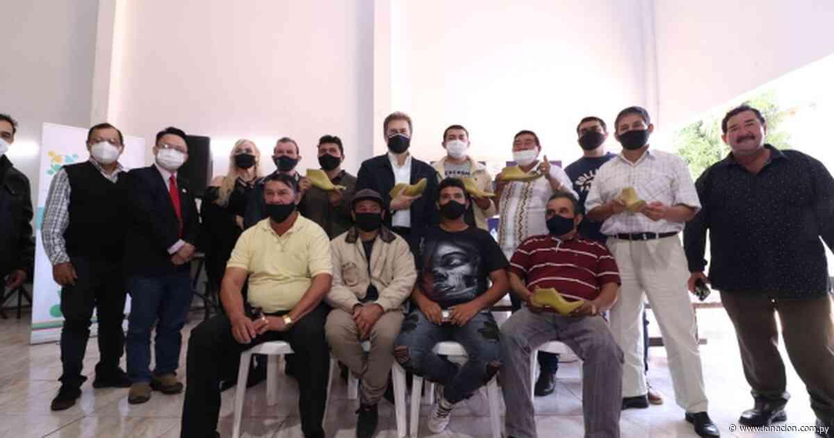 Comisión de zapateros de Caaguazú recibió materiales para mejorar sus productos - La Nación