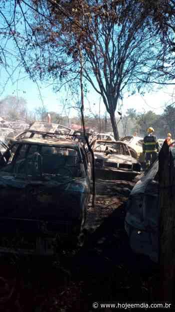 Vários carros ficam queimados em um incêndio em pátio de veículos apreendidos em Brumadinho - Hoje em Dia