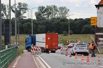 Hinder op Maasbrug door zwaar verkeer<BR />
