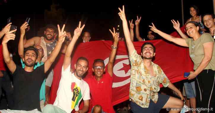 """Caos in Tunisia, il presidente Saïed rimuove premier, ministri e sospende il Parlamento. Assemblea: """"Decisioni nulle, è un golpe"""""""