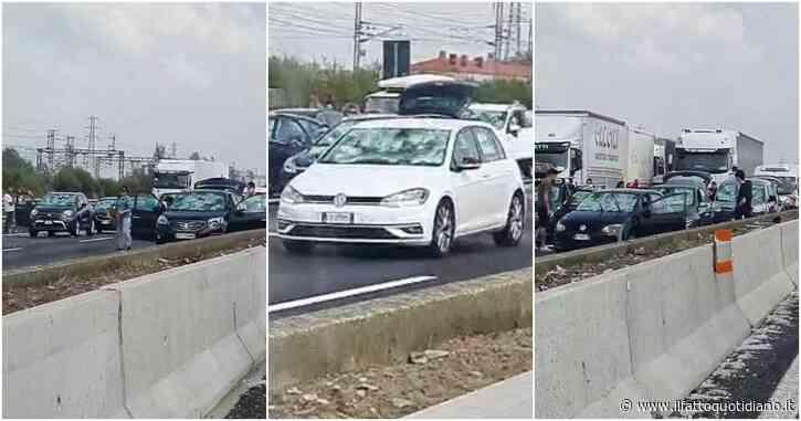 Tempesta di grandine in autostrada: centinaia di auto danneggiate, chiuso il tratto tra Parma e Fiorenzuola – Video