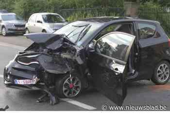 Bestuurster gewond afgevoerd na zware klap