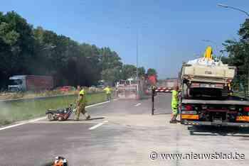 Gekantelde aanhangwagen zorgt voor zware hinder op Binnenrin... (Beersel) - Het Nieuwsblad