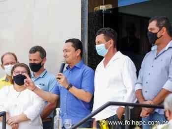 Em Santa Maria do Cambucá, André Ferreira entrega retroescavadeira e destaca vitória do prefeito Nelson sobre a Covid - Folha de Pernambuco