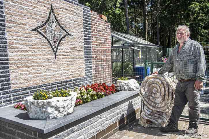 """<B>ZOMERREEKS. Buitenkijken in tuin van Johan Vanhoof: """"Ik ben een stenenfreak en kasseienman""""</B>"""