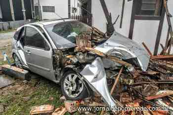 Carro colide contra residência, na rodovia SC-110 - Jornal de Pomerode