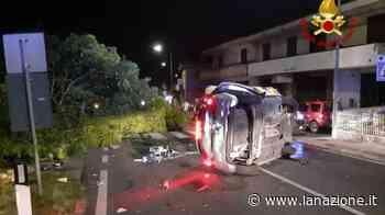 Arezzo, si schianta contro un albero con l'auto che si ribalta / FOTO - LA NAZIONE