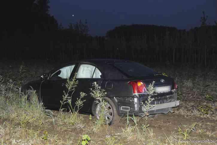 Vrouw verliest controle over stuur en belandt in veld