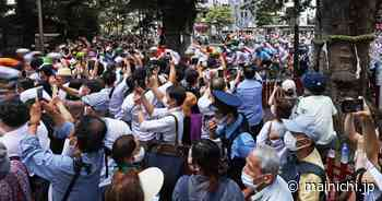 Tokyo Olympics' cycling road race draws crowds of spectators despite calls to stay away - The Mainichi - The Mainichi
