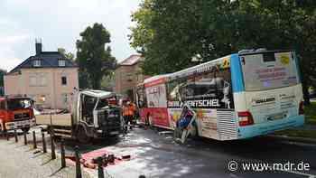 Lkw und Linienbus in Bischofswerda zusammengestoßen - MDR