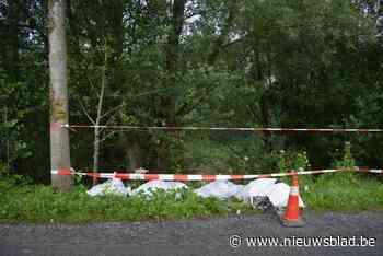 Gebroken asbestplaten gedumpt langs kanaal