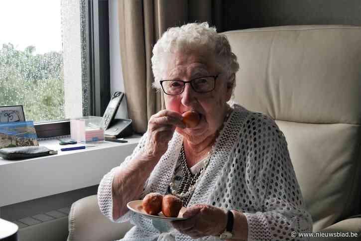 Renette (95) smult samen met zo'n 750 andere rusthuisbewoners van versgebakken oliebollen