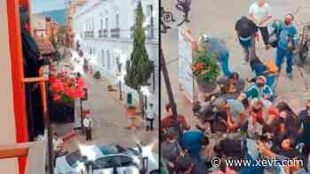 """Batman chiapaneco"" lanza dinero desde un balcón en San Cristóbal de Las Casas - XeVT 104.1 FM   Telereportaje"