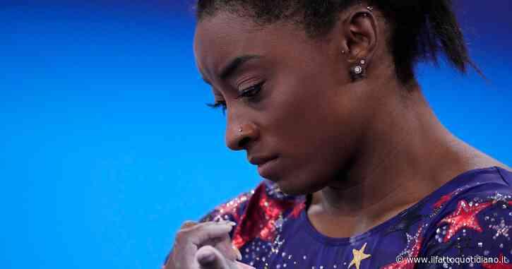"""Simone Biles si ritira dalla finale di ginnastica a squadre a Tokyo. La Federazione parla di infortunio, la Nbc: """"È stress mentale"""""""