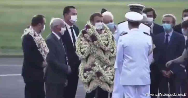 Macron ricoperto di collane di fiori al suo arrivo in Polinesia: il video è virale ma attenzione al finale