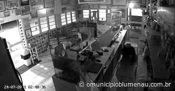 VÍDEO – Homem é flagrado engatinhando ao furtar restaurante em Indaial - O Município Blumenau