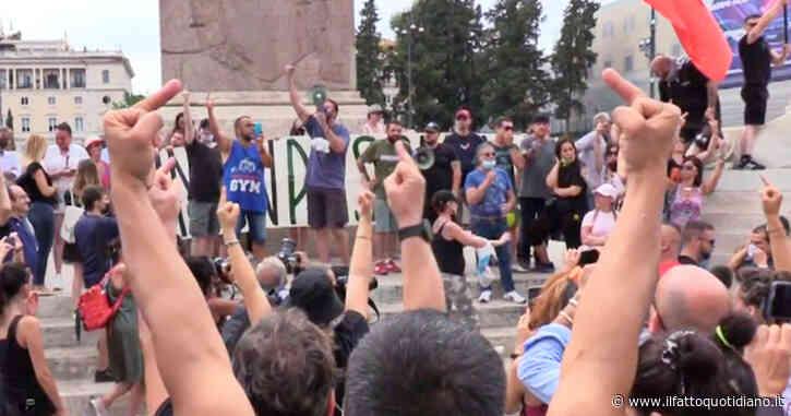 Sit in contro il green pass a Roma, centinaia di persone in piazza del Popolo: tensione tra manifestanti e giornalisti – Video